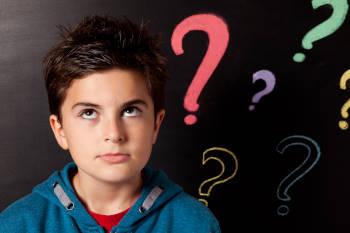 bambino e punti interrogativi
